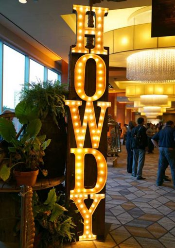 vintage-lights-howdy-sign